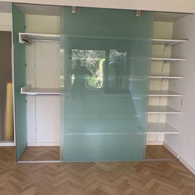 De uitdaging in deze vloer waren de glazen deuren omdat deze niet ingekort konden worden. Maar ook daar hebben we een oplossing voor. #visgraatvloer #parket #interiordesign